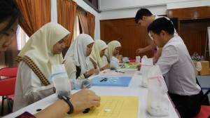 Lambak Kiri Students Learning the game